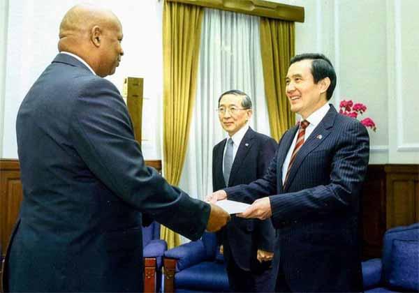Image: Emmanuel meets President Ma.