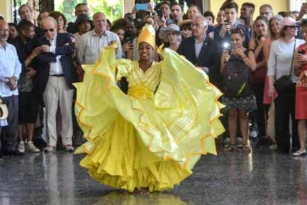 Image: A Cuban dancer welcomes the U.S. party.... [PHOTO: Yander Zamora]