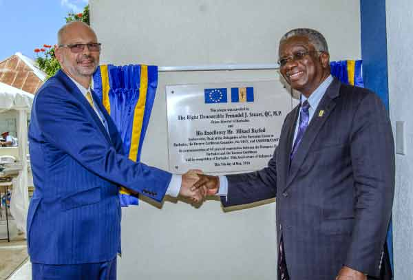 Image: P.M. Freundel Stuart and Barfod unveiling plaque