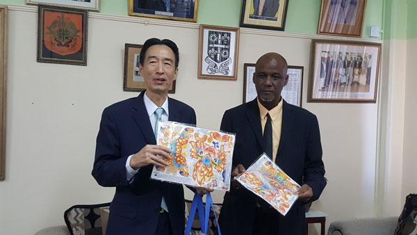 img: Ambassador Ray Mou presents Taiwanese unicorn lantern to Mayor Peterson Francis.