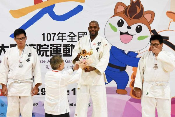 Image of Montelle Felix receiving his gold medal at the games