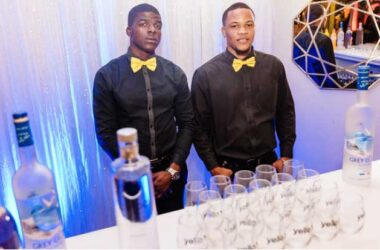 Image of Diligent bartenders on duty. (PHOTO: Belle Portwe)