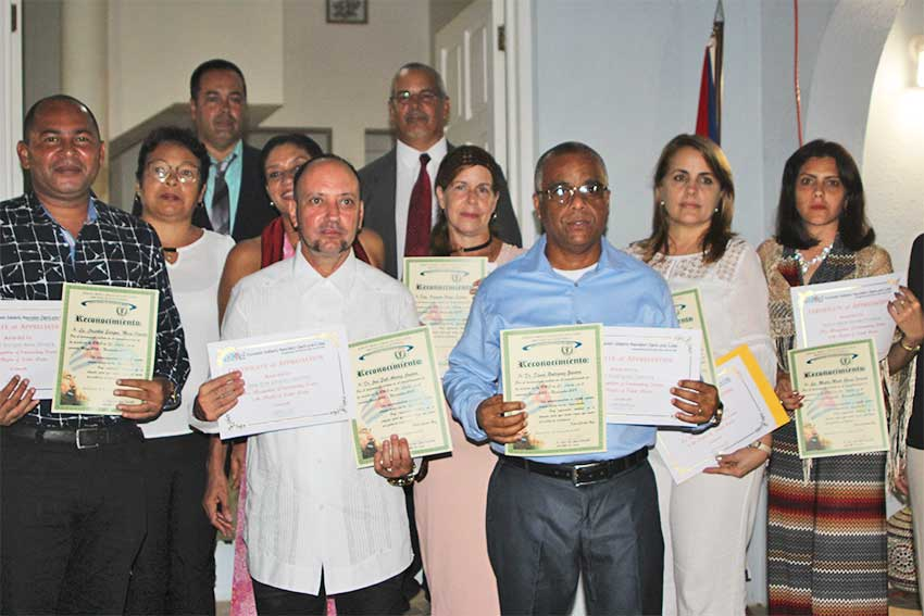 Image of the seven specialists and other Cuban officials.